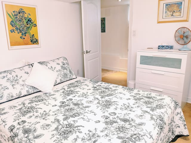 Whimsical Little Apartment Toronto (15 min to dt)