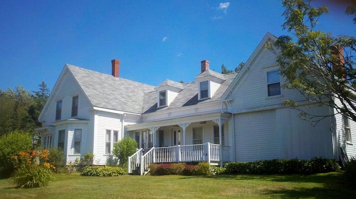 Classic Maine Farmhouse - walk to Pemaquid Beach