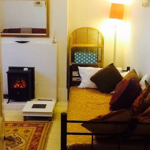 SPACIOUS RELAXING BED/SITTNG ROOM. 1 Person.