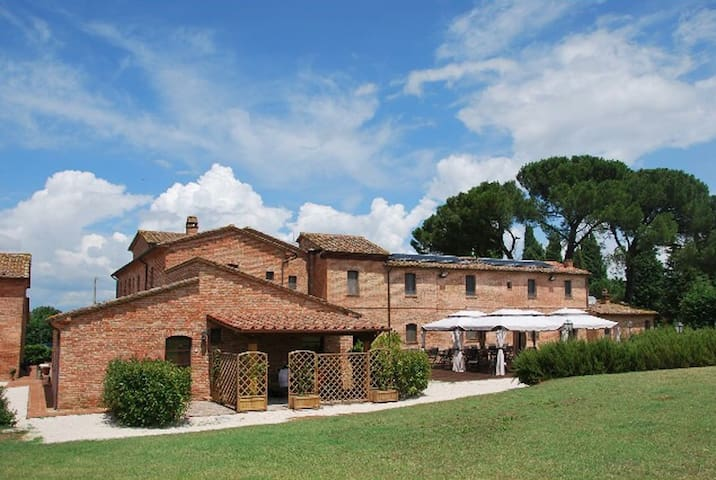 COUNTRY HOUSE LE TORRI DI PORSENNA