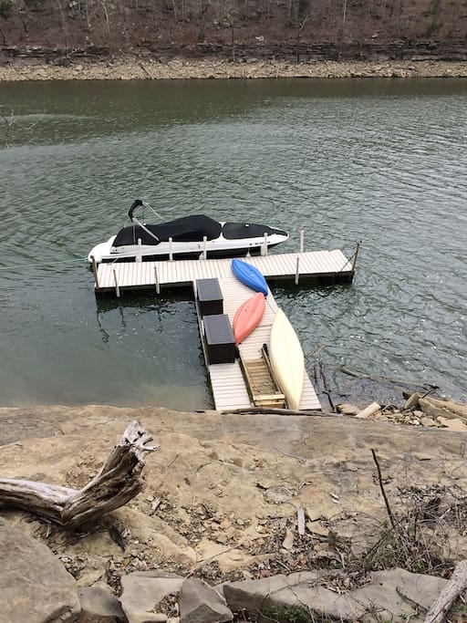 Dock with kayaks and canoe. Chairs and fishing available. You can sit and do nothing or hike the mountain and explore the rocks and nature.  The motor boat is not for guest use.