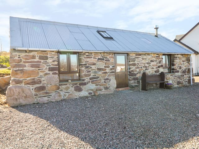 THE WEE BARN, pet friendly, with open fire in Dundonnell, Ref 980477