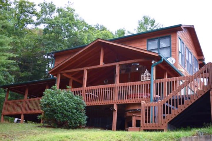 Beautiful mountain cabin w/ firepit & private hot tub + views from patio & deck!