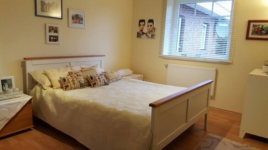 Stilvolles Doppelbettzimmer in Wassernähe - Fahrdorf - 一軒家