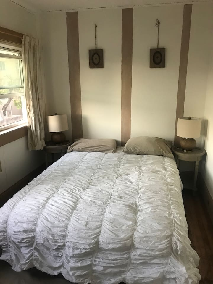Quiet queen room with parking in downtown
