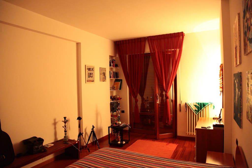 Stanza da letto fotografata vicino all'armadio