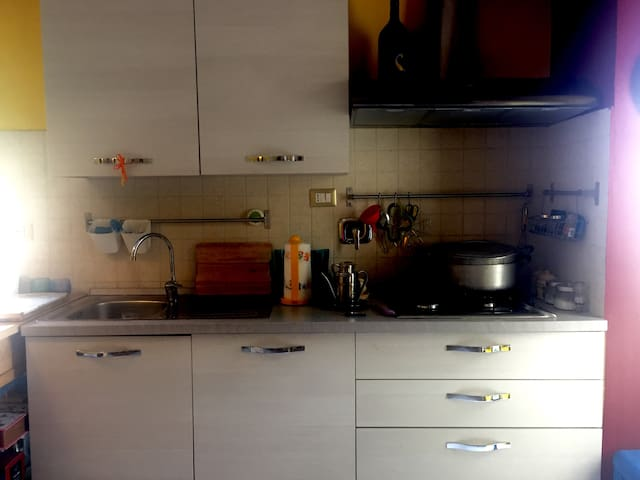 Cucina super attrezzata e utilizzabile. Kitchen is equipped and available for our guests