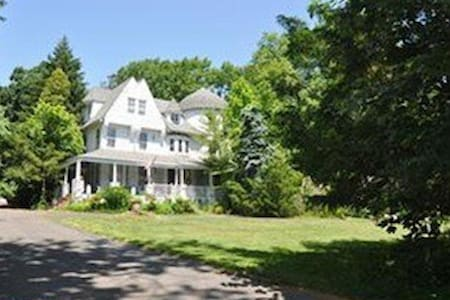 Charming Historic Landmark - The Vine Room - Wyncote