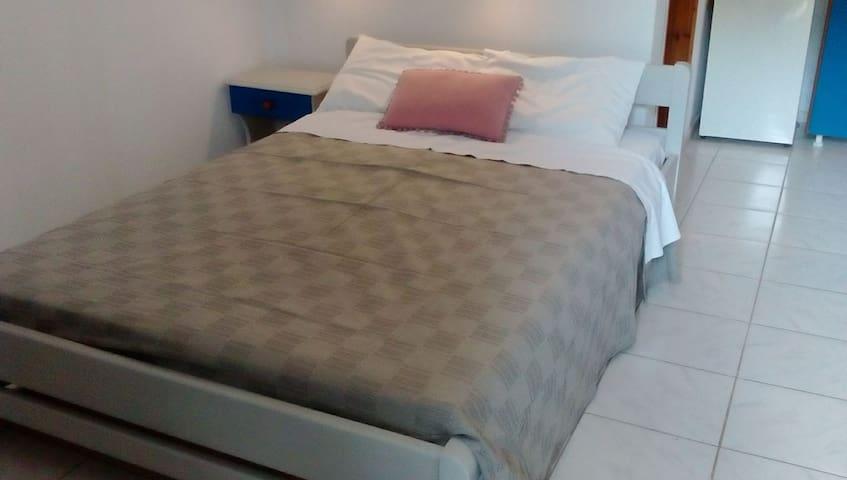 1 διπλό κρεβάτι, κομοδίνο