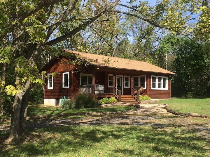 """""""Walden"""" Deluxe 1 BR Cabin on 54 River Front Acres"""