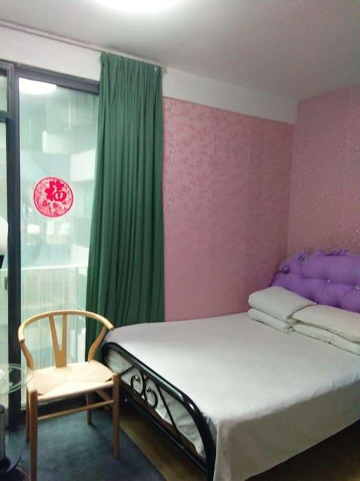 安静而阳光明媚的卧室