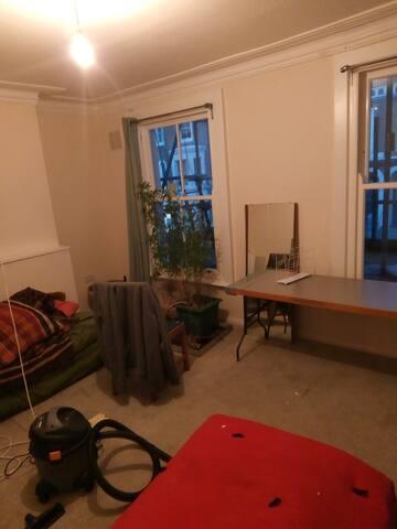 comfortable room in quiet flat, near underground.