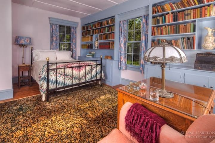 Library Room, Eco-Friendly, 30 minutes from VIR - South Boston - Bed & Breakfast