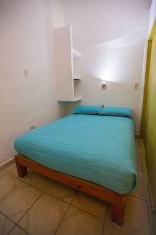 Cubículo doble con baño compartido