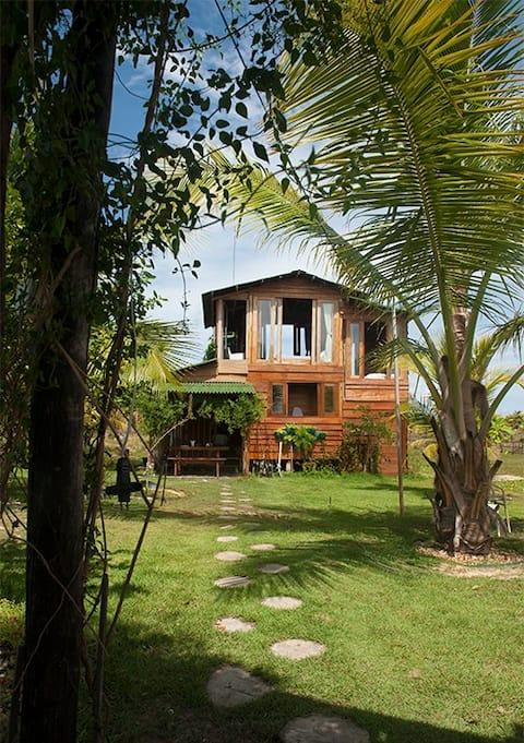 Eco Chalé Refúgio em paraíso tropical à beira rio