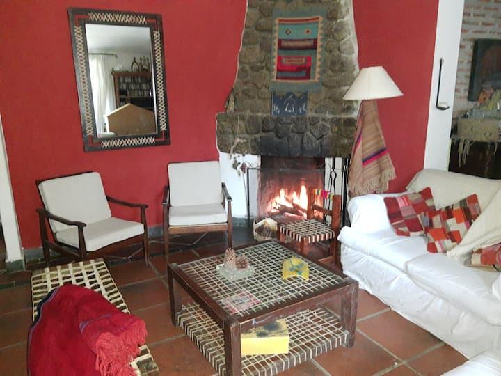 La Maximina, casa entre piedras en La Quebradita