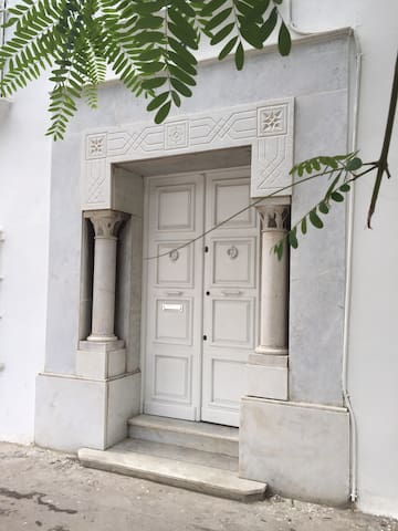 Façade et porte d'entrée de            Dar Nana
