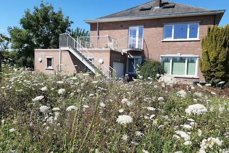De notelaar- vakantiewoning met ecologische tuin