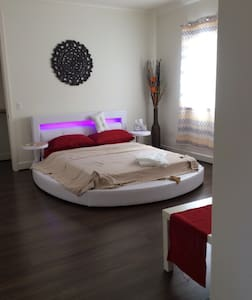 Large suite with private bath + detached balcony - Alhambra - Adosado