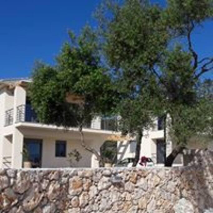 De villa bevindt zich op een ruim terrein en is geheel voorzien van muurtjes en een toegangspoort. U kunt naast de villa parkeren met de auto.