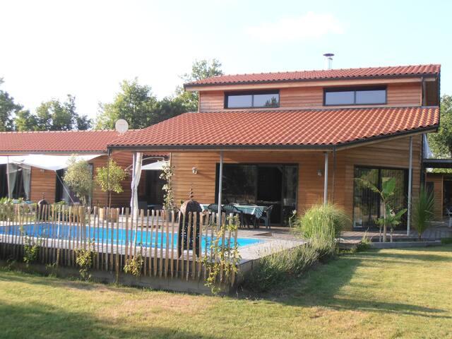 Villa avec piscine chauffée à 5 mn à pied du lac