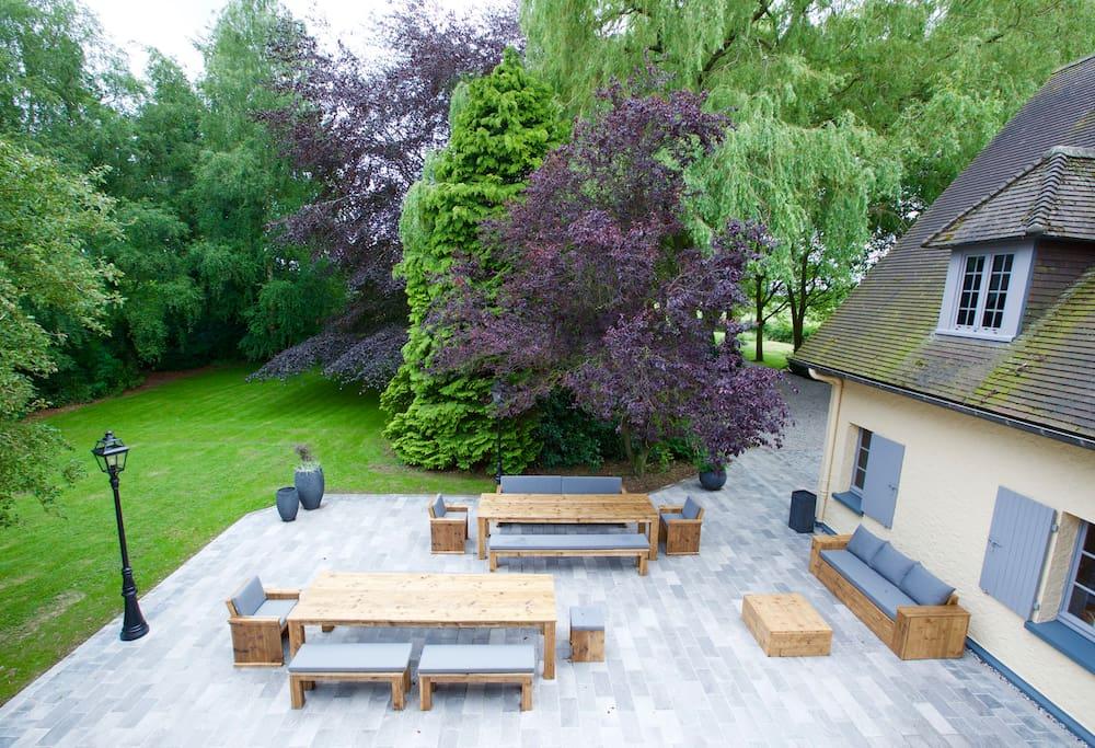 Terrasse privé de 200m2 - mobilier de jardin - Barbecue - vue dégagée sur le parc de 6000m2