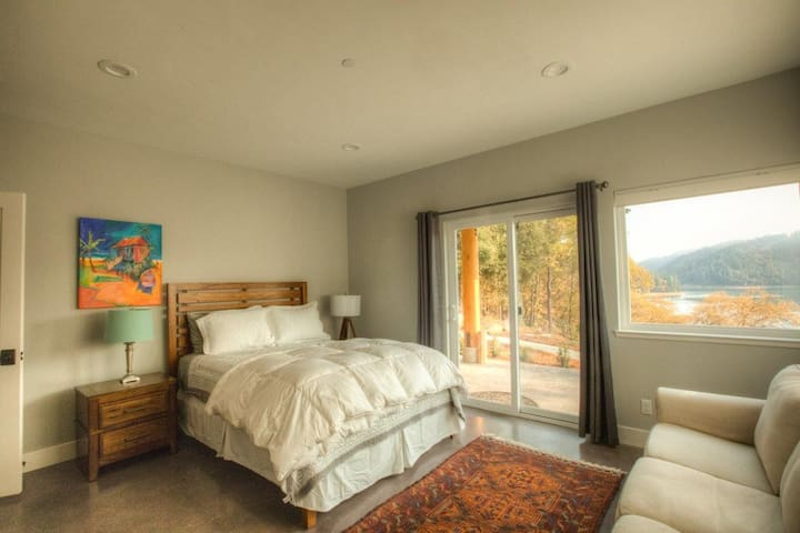 Downstairs bed room with lake view.
