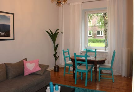 1,5 Zi. Altbau-Wohnung direkt am Osterbekkanal - Hamburg - Apartment