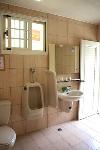Clean, large and well-appointed bathroom.乾淨、寬敞且設備齊全的衛浴。