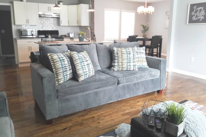 Cozy Contemporary Home in Quaint NBHD Near Airpt