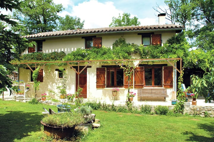 Cosy Holiday Home in Parisot with Swimming Pool