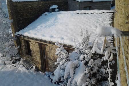 Casita de piedra con jardín (CASA LLORO) - Latre