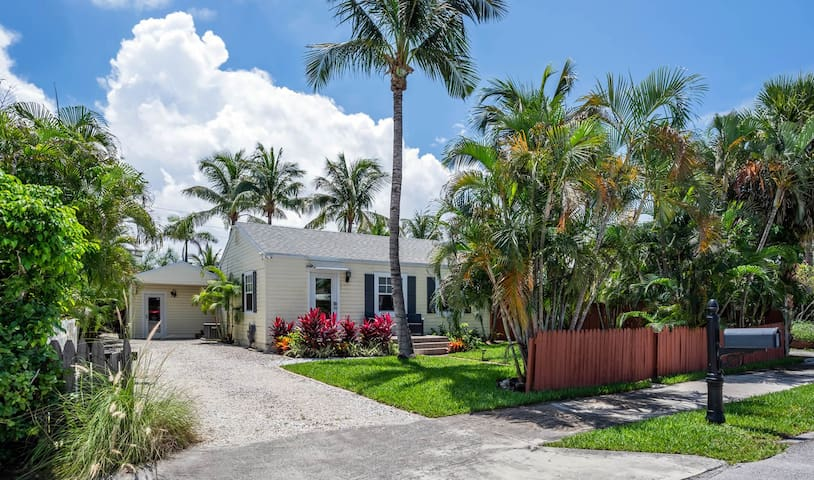 Welcome to Delray Beach and Sandy Feet Beach Retreat :) Everything has been carefully prepared to have you relaxed and in vacation mode as soon as you walk through the door!