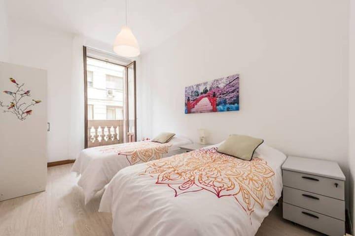 Private room with 2 single beds (Gran Vía)