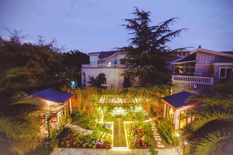 大花园带院子的小房子