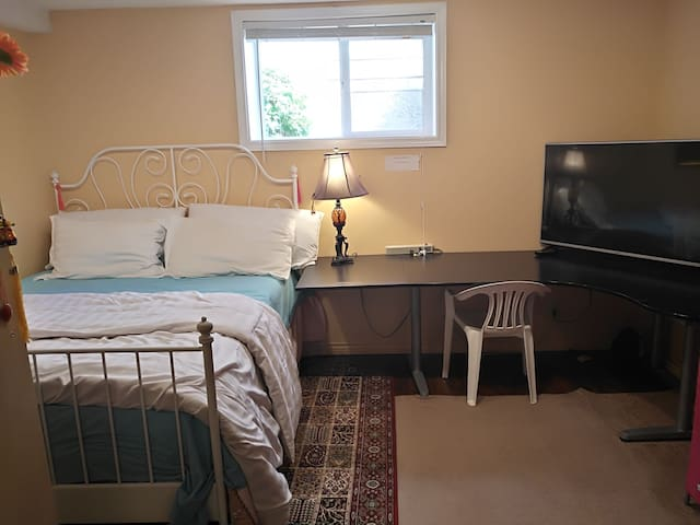 Quiet cozy room with queen bed and office table