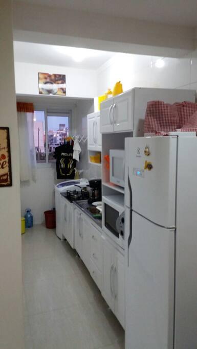 Cozinha completa com área de serviço