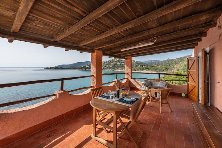 Monolocale panoramico con veranda sul mare