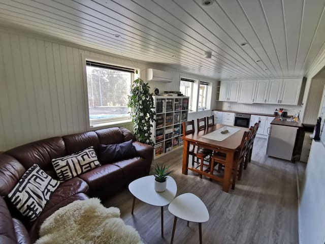 Cosy basement apartment, 5 minutes to the sea.