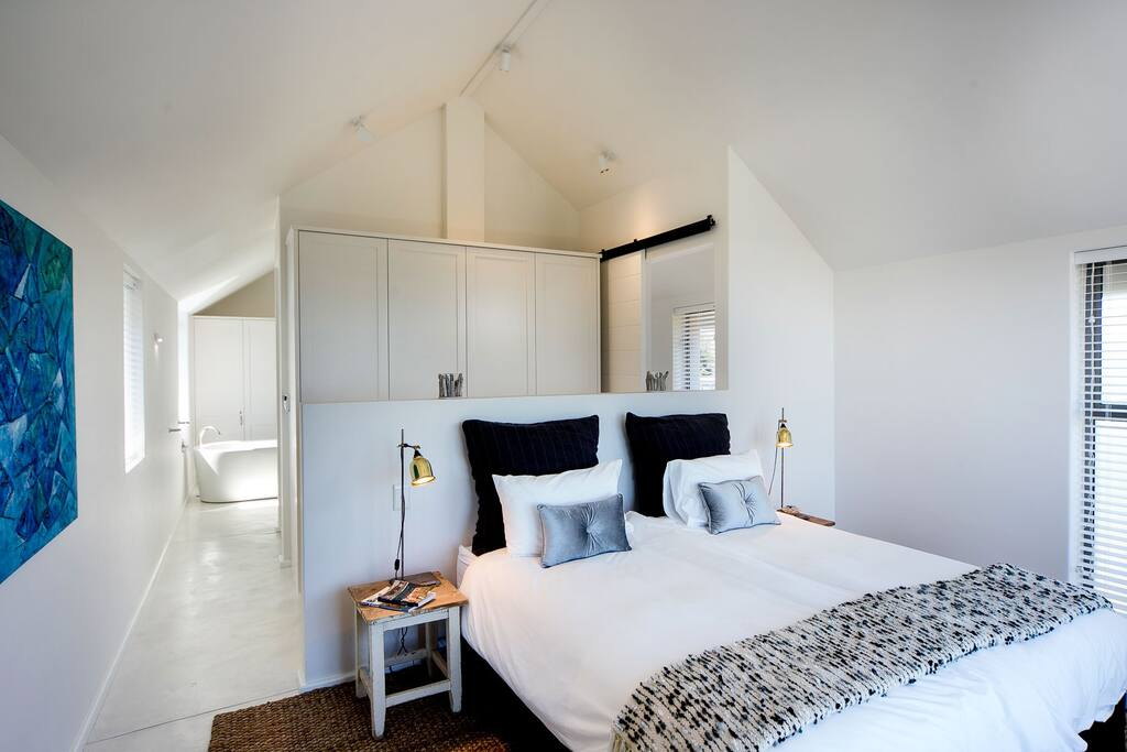 masterbedroom with en suite bathroom and kingsize bed XL