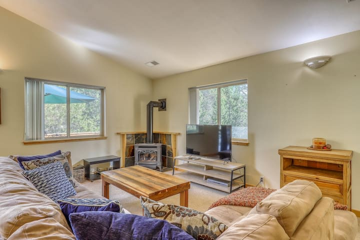 Family-friendly condo w/spacious deck, shared pool, hot tub, tennis, forest view