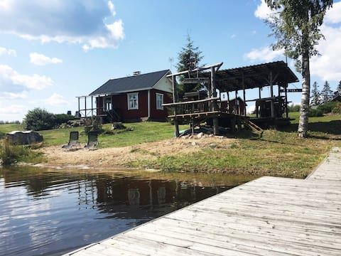 Viehättävä mökki järven rannalla maatilamiljöössä