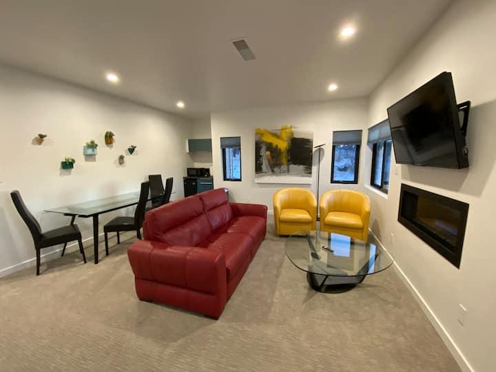 1 Bedroom Modern Hillside Suite Private Entrance