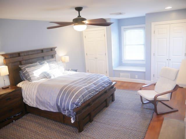 Huge masterbedroom with Queen bed.
