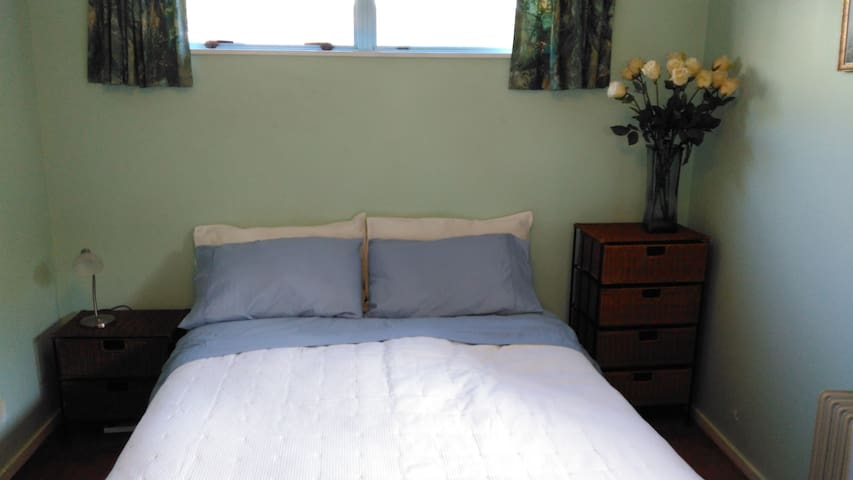 Lovely single 1 person, sunny room with good linen