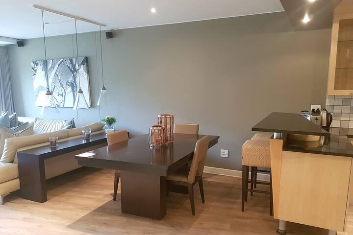 Luxury 2 Bedroom Apartment w/ Balcony in Sandton