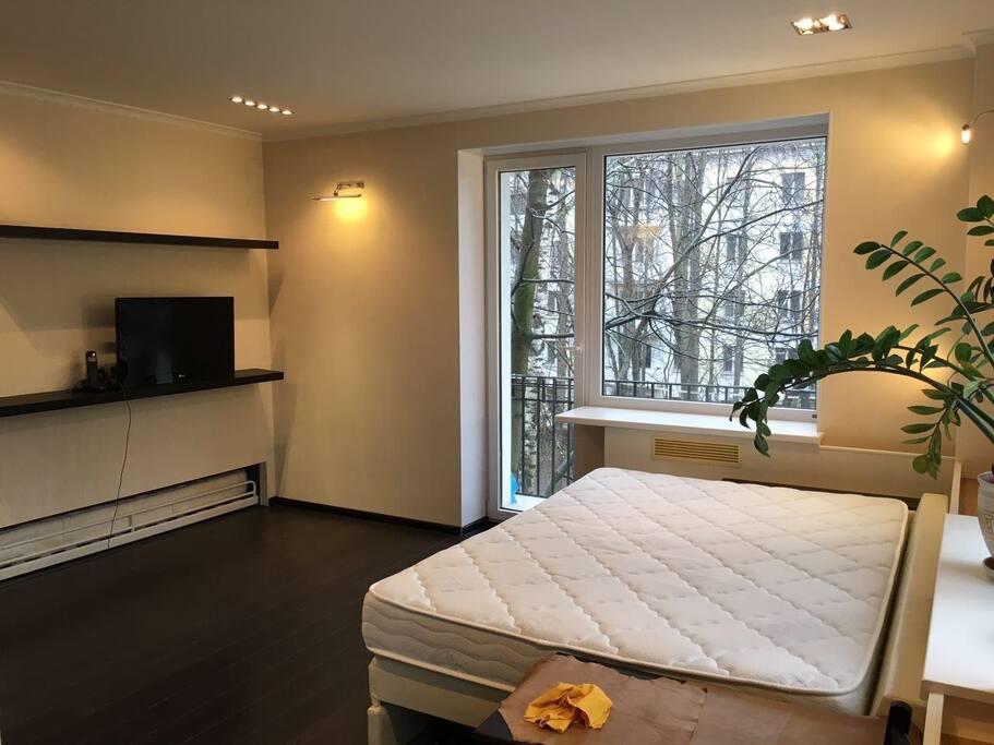 комната, вид на брлкон/улицу.