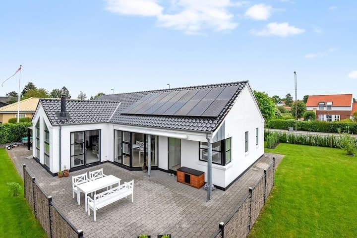 Stort hus tæt på badestrand og skov - Horsens - House