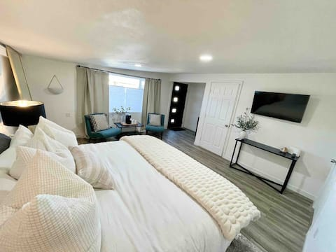 Luxe Guest Suite With Private Entrance