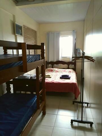 Cama de casal e beliche com camas firmes e confortaveis.